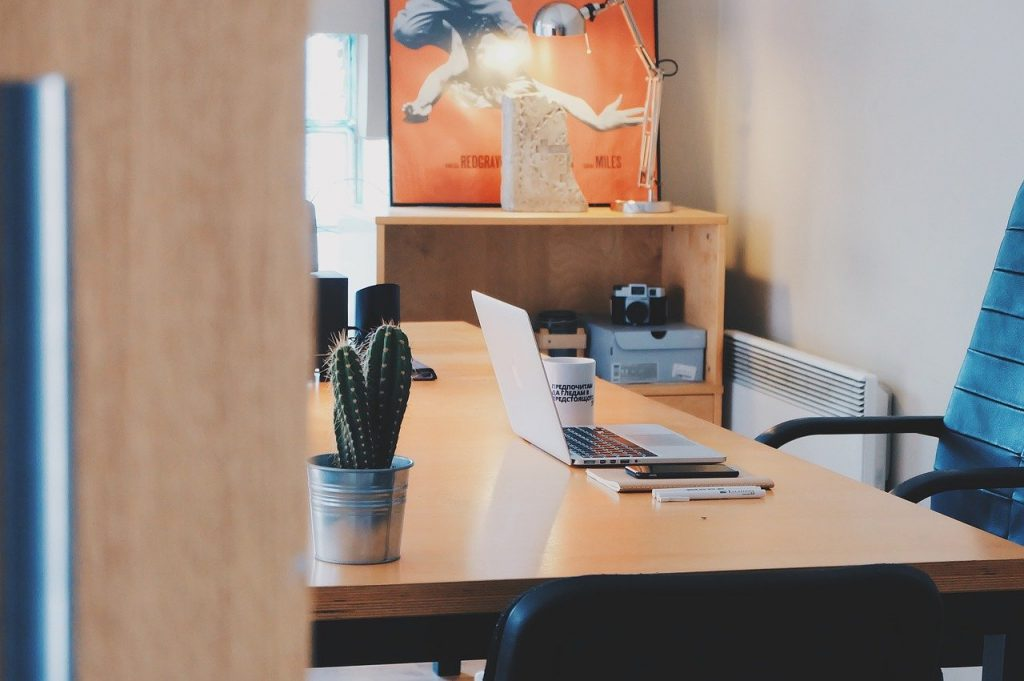 silla y mesa para trabajar en casa